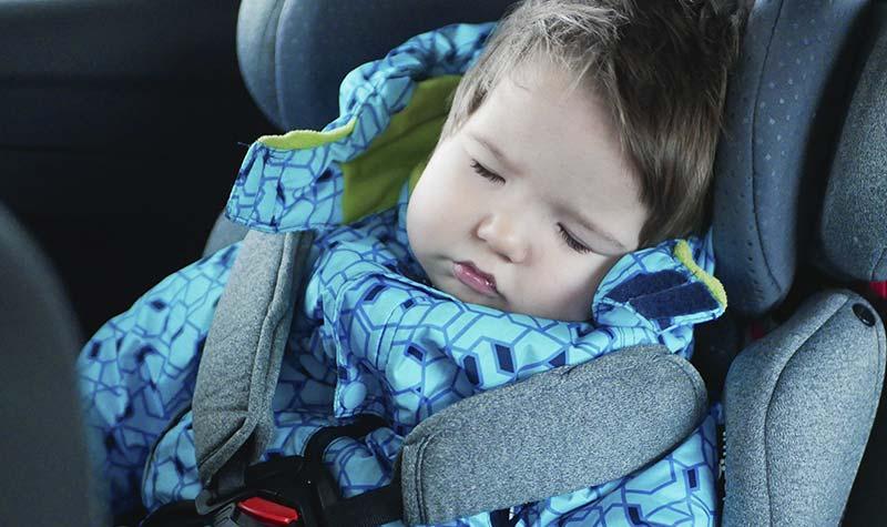 bebe durmiendo en taxi